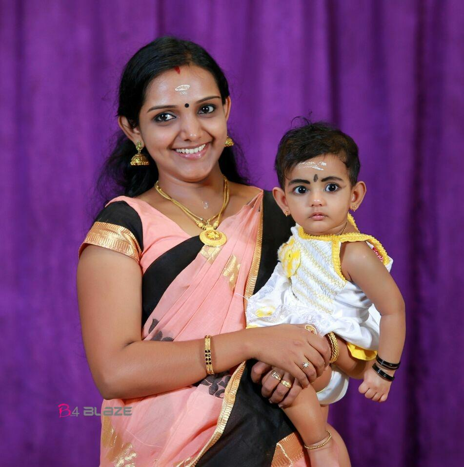 Manjusha Mohandas with his Daughter